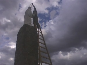 El obrero pinta y decora la virgen, General Hacha