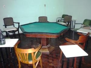 Mesa para juego de cartas en un conocido club social de Casilda. ¿Está prohibido el juego clandestino?
