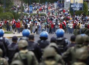 La sociedad, dividida, se moviliza y se enfrentan a las fuerzas de seguridad o entre sí.