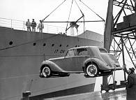 El Rolls Royce de Eva Perón llega al puerto de Buenos Aires.