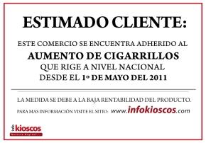 El letrero que identifica los comercios que adoptaron una lista propia de precios para los cigarrillos y que cobran el servicio de carga virtual.