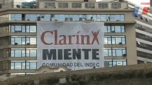 Bandera colocada frente al un edificio público por funcionarios del gobierno.