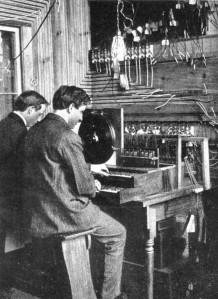 El Telharmonium, cuyo mecanismo ocupaba un edificio, fue el origen de los instrumentos electro/magneto/mecánicos.