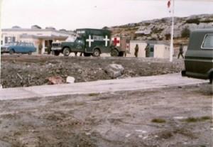 """""""Esta imagen es del Hospital Militar Conjunto de Puerto Argentino, hecho sobre la base de una escuela. Se ven una de las F-250 4×4 de Fuerza Aérea Argentina (la manejé de vez en cuando), una Falcon Rural, una ambulancia Mercedes-Benz Unimog del Ejército (el motor estuvo en marcha durante toda la guerra) y una ya en ese momento veterana F-100, también del Ejército. En este lugar se centralizó la atención de segundo nivel sanitario y se lo hizo uniendo las tres fuerzas"""".(Dr. Daniel Oudkerk)"""