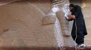 Un terrorista destruye una bella estatua asiria en Mosul.