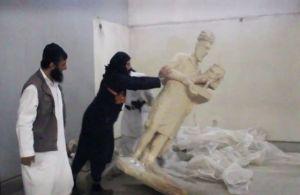 Yihadistas del Estado Islámico arremeten contra esculturas de un museo de la ciudad iraquí de Mosul.