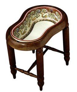 Se cree que fue inventado en el siglo XVII por fabricantes de muebles franceses, como receptáculo de agua destinado a que los jinetes se aliviasen tras una dolorosa jornada a caballo.