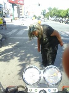 En las calles de Rosario abundan los ancianos olvidados. Esta mujer suele estar en la zona de la Terminal de Ómnibus pidiendo dinero.